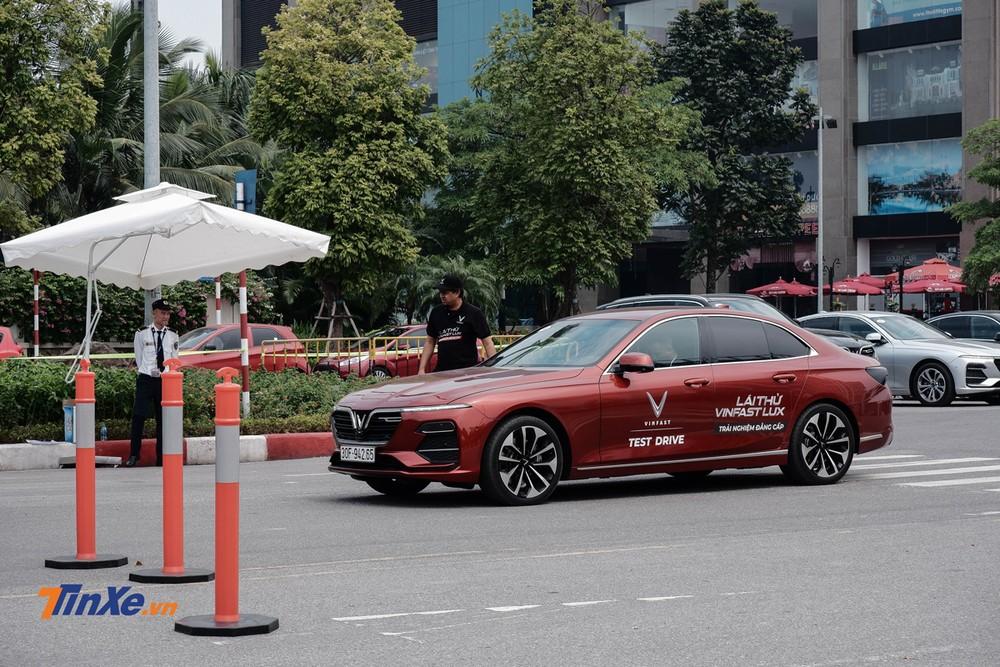 Đường chạy luôn được giảm sát bởi đội ngũ PitCrew nhằm đảm bảo an toàn cho khách hàng tham gia lái thử