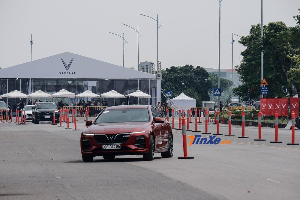 Từ vạch xuất phát, người lái xe trải nghiệm cùng VinFast Lux qua bài chạy Zíc Zắc