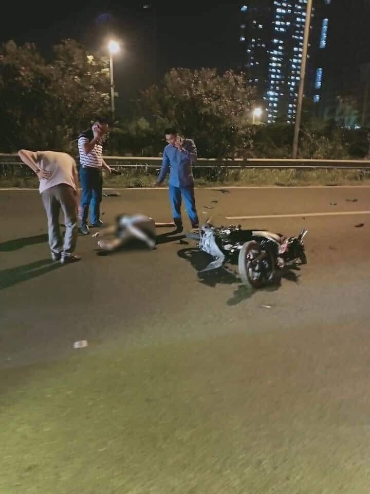 Cô gái nằm bất động giữa đại lộ Thăng Long sau vụ tai nạn
