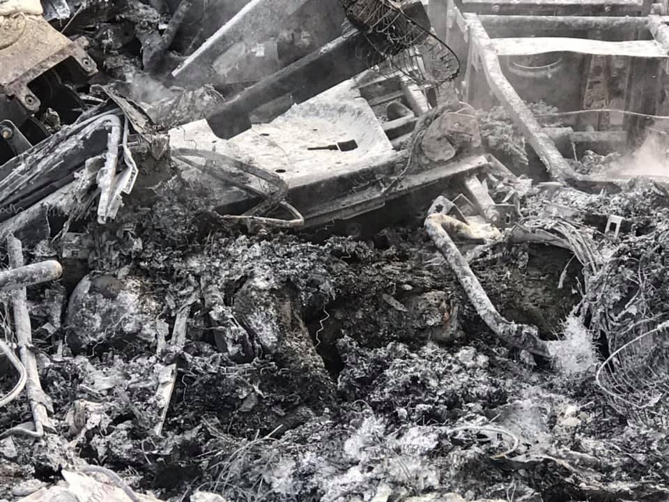 Phần đầu kéo của chiếc xe container cháy trơ khung