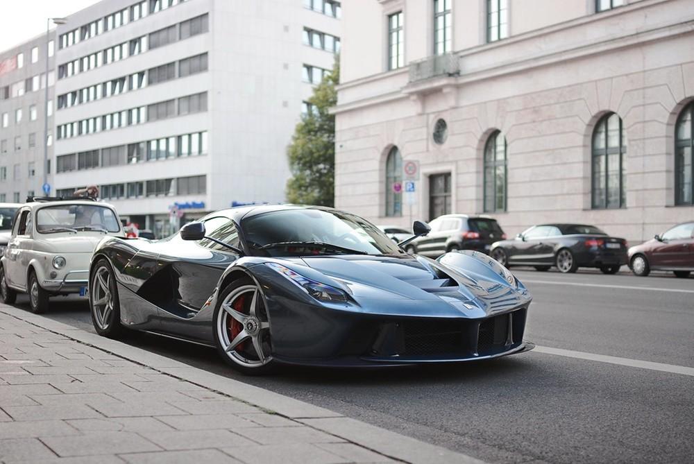 Rất ít xe Ferrari LaFerrari chọn ngoại thất sơn màu xanh Blu Ahrabian