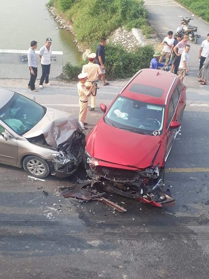Hiện trường vụ tai nạn trực diện của Toyota Camry và Mazda CX-5