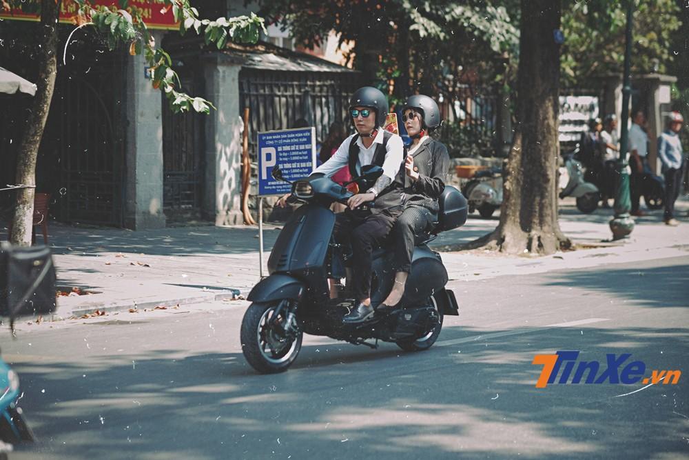 Cặp đôi Anh Tuấn - Loan Nguyễn cùng xuất hiện trên chiếc Vespa Sprint ABS độ khá lạ mắt.