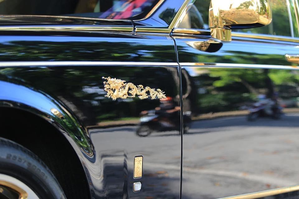 Biểu tượng rồng của Rolls-Royce Phantom mang biển Hà Nội