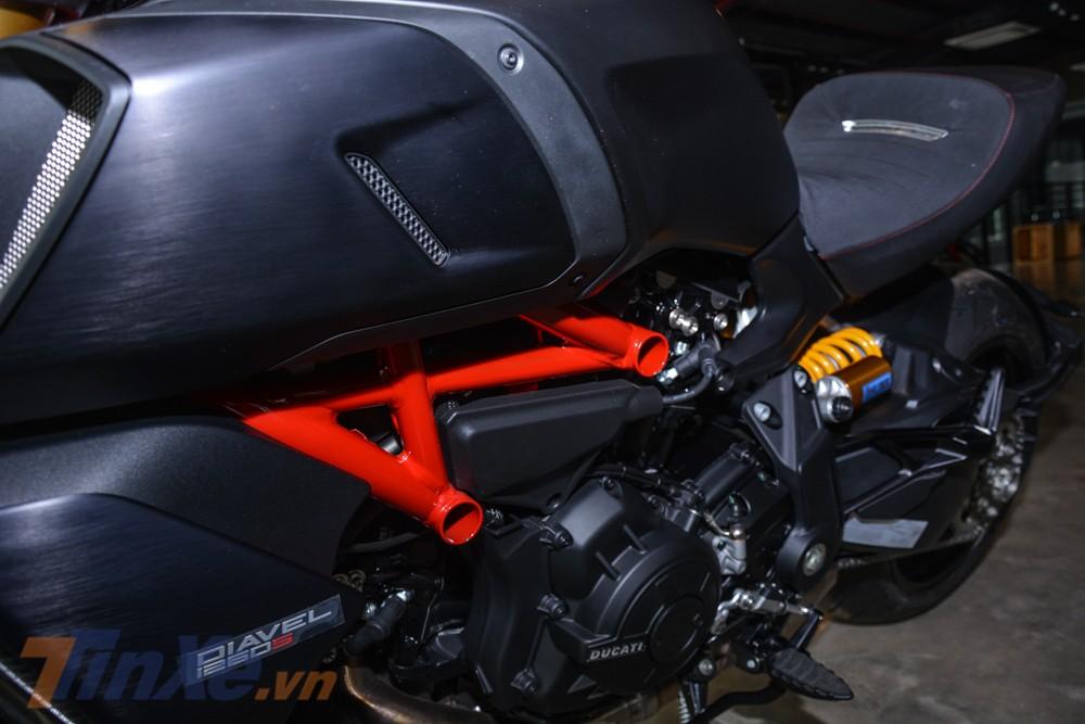 Ducati Diavel 1260S 2019 còn có khung xe và logo S cùng tông màu đỏ