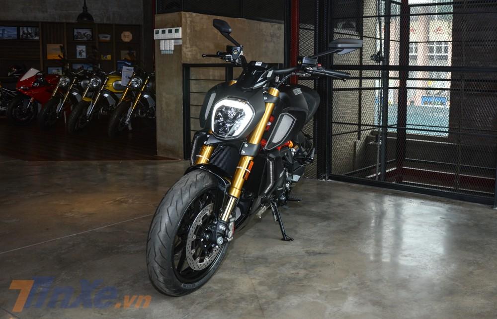 Ducati Diavel 1260S có trọng lượng xe 244 kg