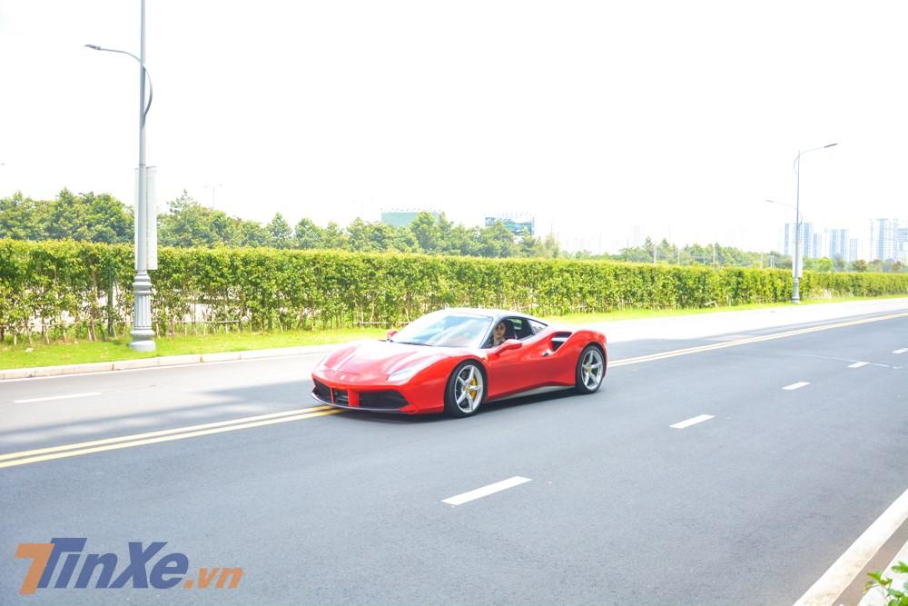 Ngoài màu sơn đỏ mới được thay áo, chiếc siêu xe Ferrari 488 GTB này còn có những điểm nhấn ấn tượng khác bằng carbon, các chi tiết sơn màu đen và bạc.