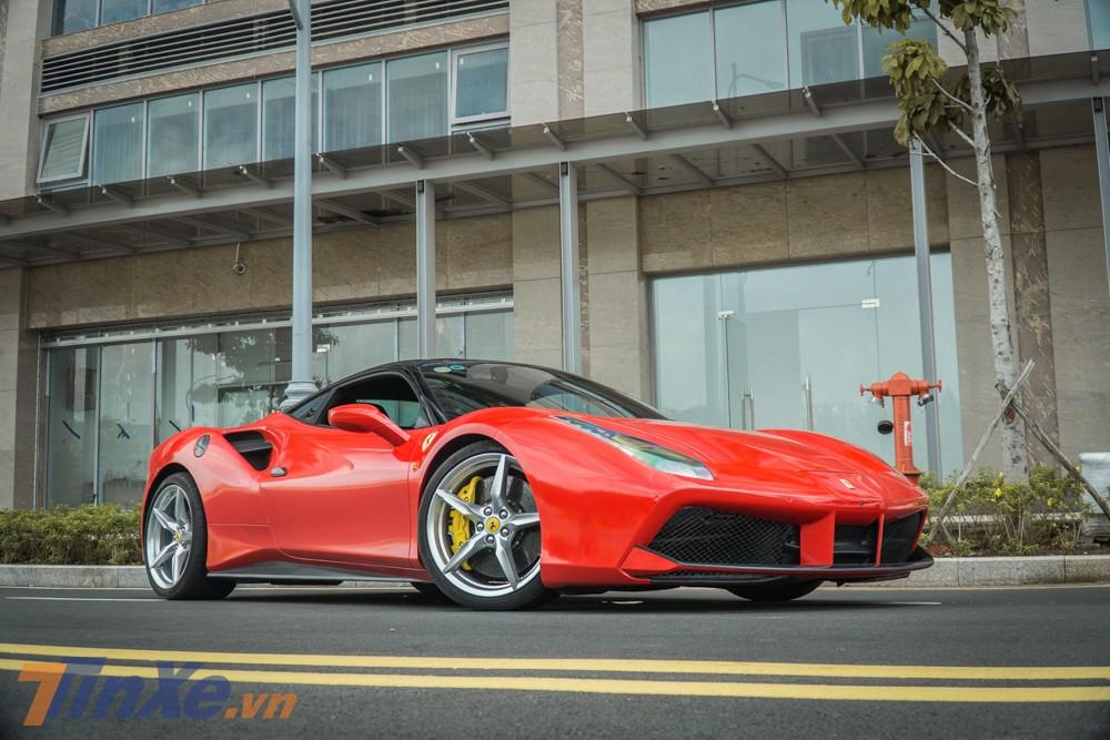 chiếc siêu xe Ferrari 488 GTB trong bài viết này được chủ nhân hiện tại cho dán lại ngoại thất thành màu đỏ