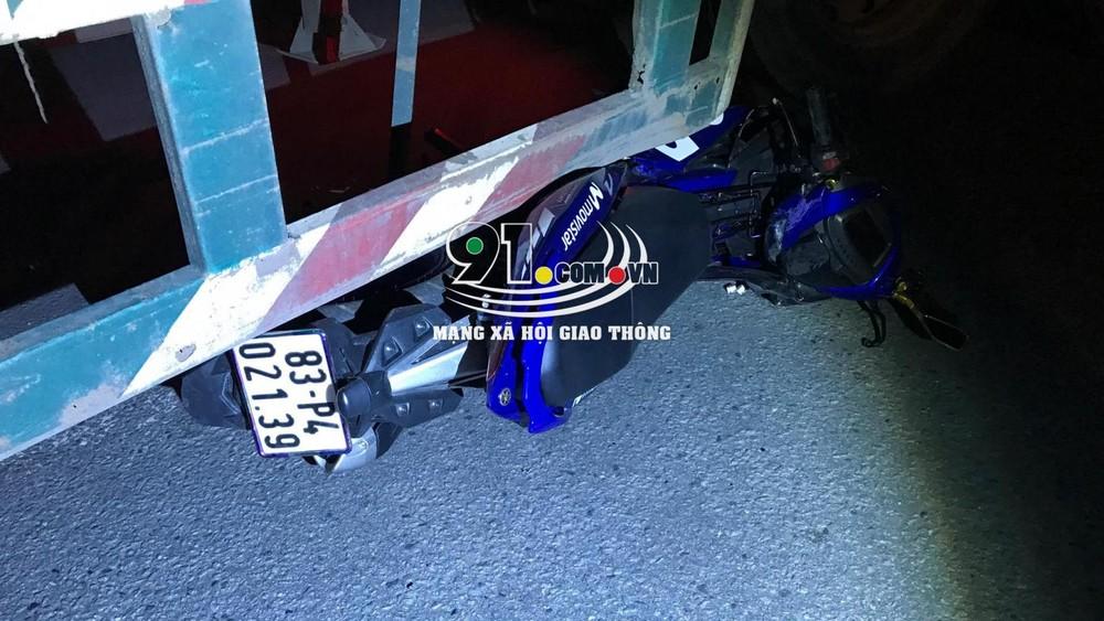 Chiếc xe máy chở 2 nạn nhân nằm cạnh xe container