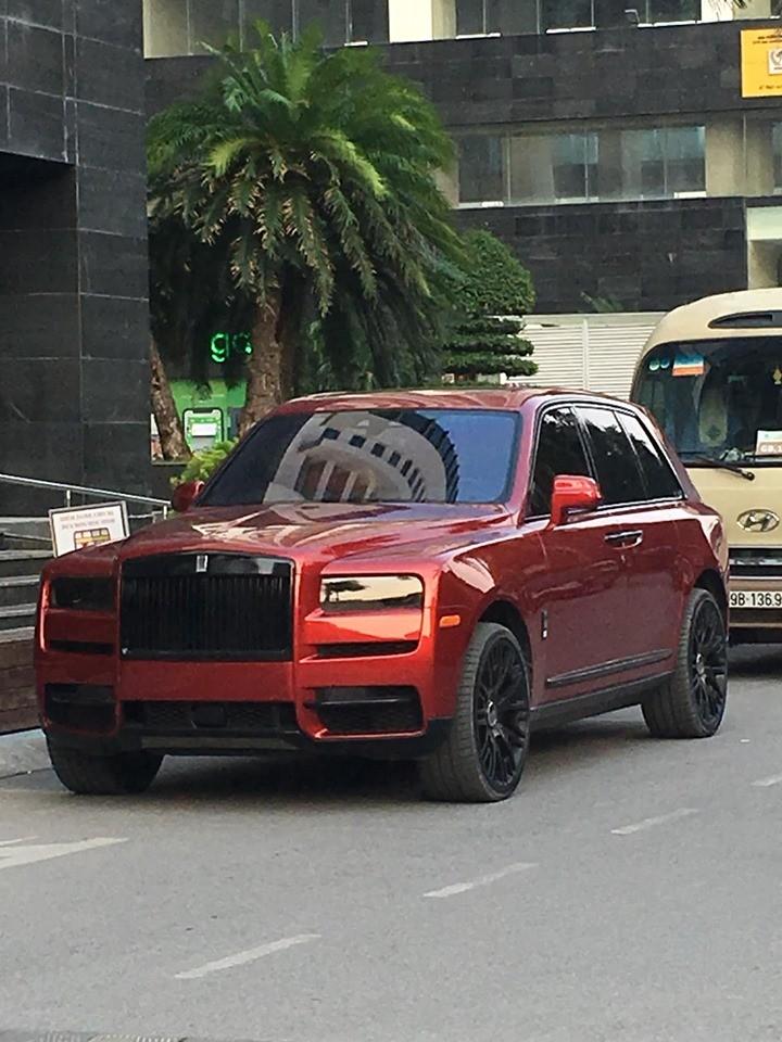Phần lưới tản nhiệt và các chi tiết mạ crôm của Rolls-Royce Cullinan màu đỏ đã được sơn lại thành đen