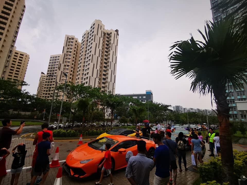Dàn siêu xe được đông đảo người dân vây quanh chụp ảnh