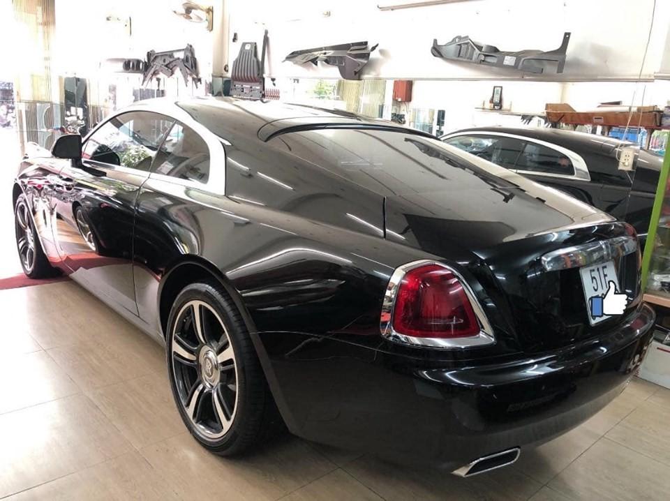 Còn đây là màu sơn gốc Rolls-Royce Wraith của nhà giàu Việt đang thay áo sang xanh Salamanca và trắng English