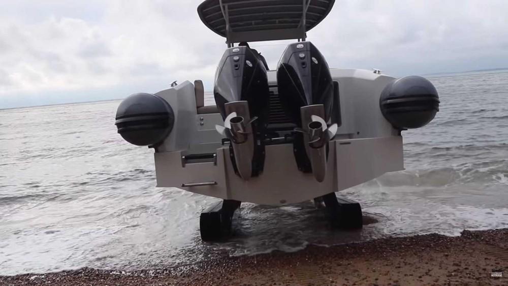 Nó có trang bị hai động cơ ở phía sau thuyền để hoạt động trên mặt nước