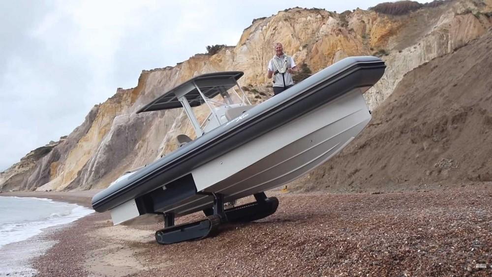 Iguana X100 là một con thuyền có trang bị thêm bánh xích để lên bờ