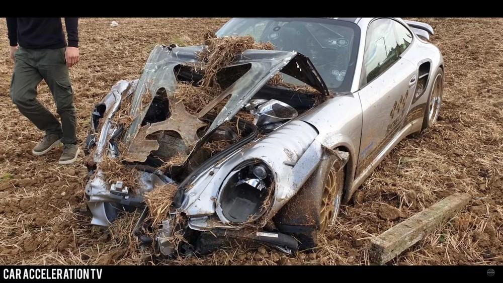 Bộ dạng thảm thương của chiếc xe sau khi va chạm
