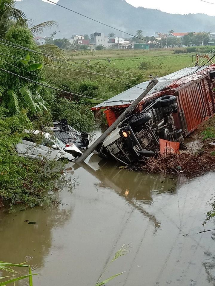 Tài xế điều khiển chiếc ô tô tải rất may thoát nạn