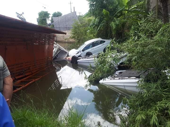 3 chiếc ô tô con vẫn còn mới rơi xuống mương nước