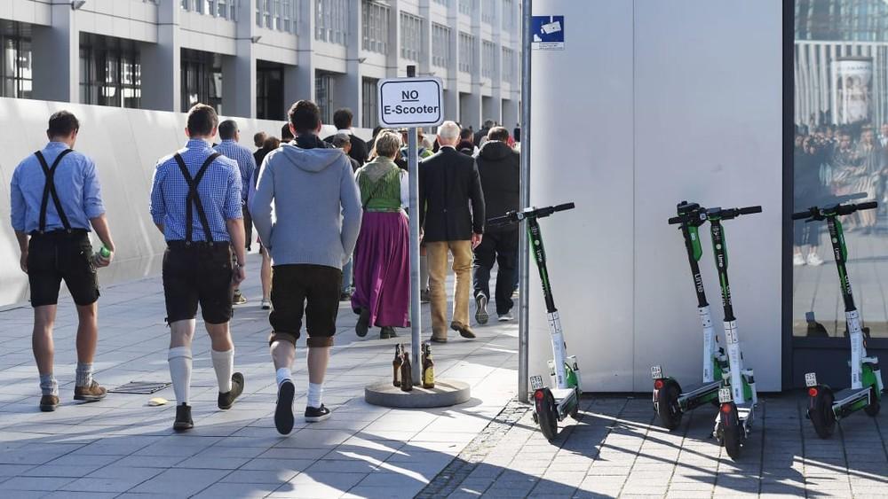 Rất nhiều dân Đức đã tới tham dự lễ hộiOktoberfest bằng xe scooter điện