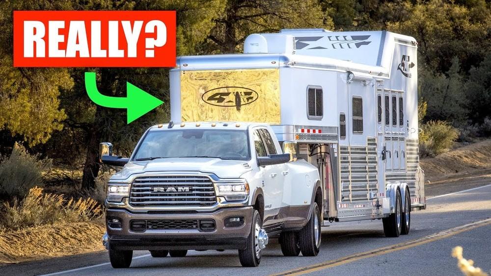 Chiếc bán tải xuất hiện ở video trên là một chiếc Ram Heavy Duty trang bị bánh xe kép phía sau