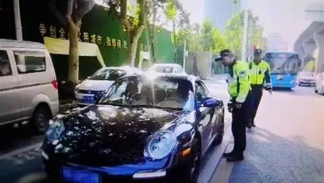 Cảnh sát kiểm tra chiếc Porsche 911 màu đen