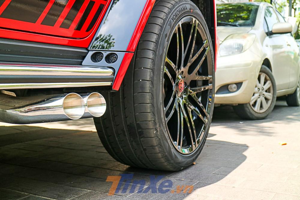 Vòm bánh xe của những chiếc Brabus 800 Widestar đã được thiết kế lại so với xe nguyên bản. Ống xả kép của chiếc Mercedes-AMG G63 Edition 1 độ Brabus 800 Widestar vẫn nằm bên hông và hướng thẳng ra bên ngoài