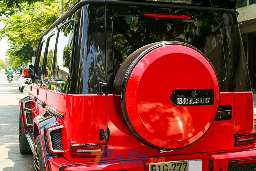 Chiếc xe này đã được chủ nhân dán lại bộ áo hai màu là đỏ và đen