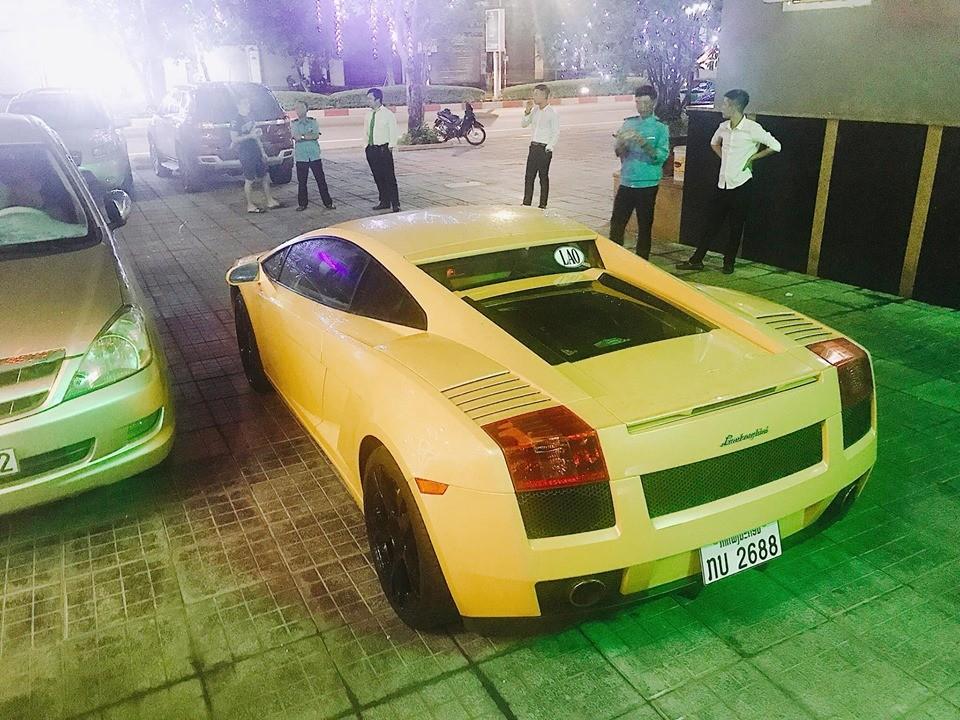 Rất đông người dân hiếu kỳ đứng xem Lamborghini Gallardo biển Lào