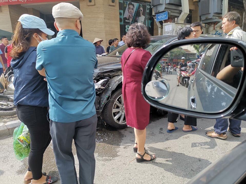 Chiếc xe Volvo S90 gây tai nạn liên hoàn trên phố Nguyễn Văn Tố - quận Hoàn Kiếm.