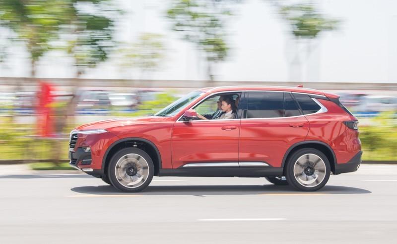 Ngô Thanh Vân tự tin cầm lái chiếc VinFast Lux SA2.0