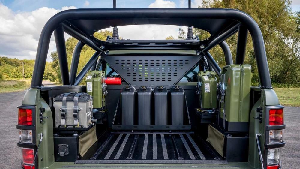 Thùng xe với những can nhiên liệu dự trữ