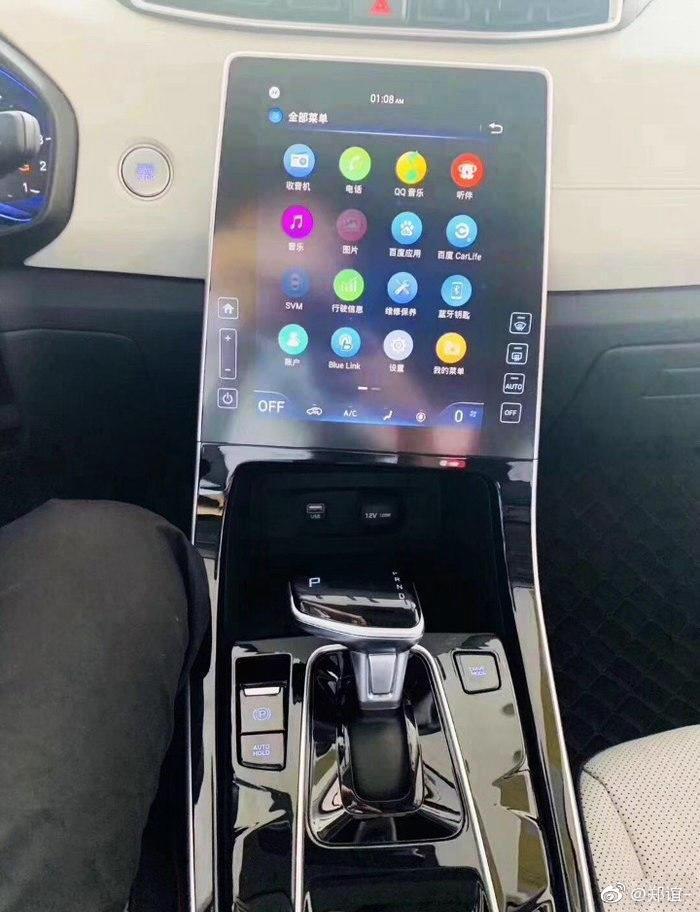 Màn hình trung tâm với thiết kế đặt dọc như xe Tesla, tạo cảm giác hiện đại và công nghệ cao