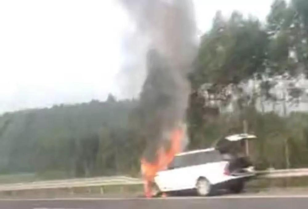 Hình ảnh chiếc Land Rover Range Rover bốc cháy trên cao tốc được người đi đường chụp lại
