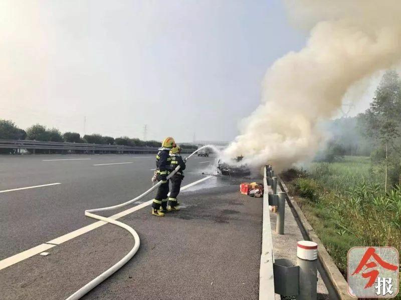 Đội cứu hoả đang xử lý đám cháy của Range Rover