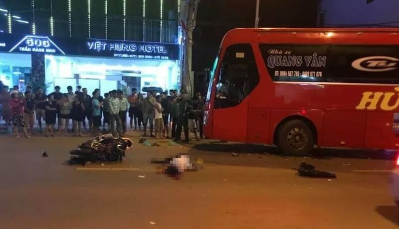 Hiện trường vụ tai nạn giữa ô tô khách và xe máy