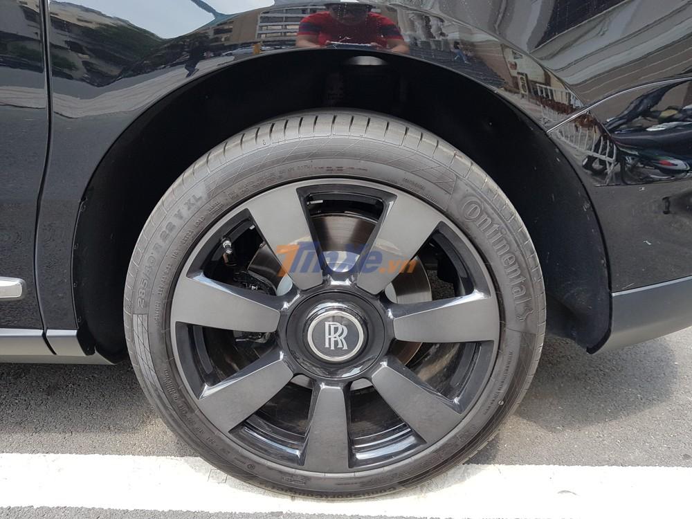 Chưa hết, ngoài bộ áo màu đen, chiếc SUV siêu sang Rolls-Royce Cullinan này có bộ mâm 7 chấu đơn sơn màu tối