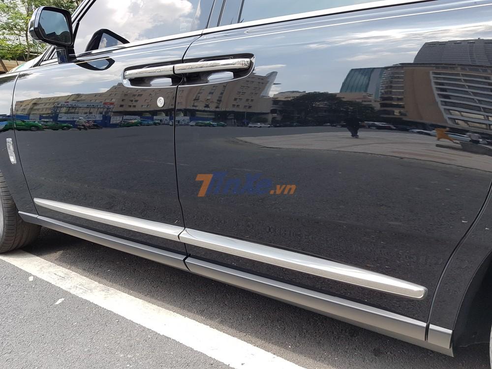 Điểm nhấn ở ngoại thất đen bóng của chiếc SUV siêu sang Rolls-Royce Cullinan này còn có nhiều chi tiết được mạ crôm bóng loáng