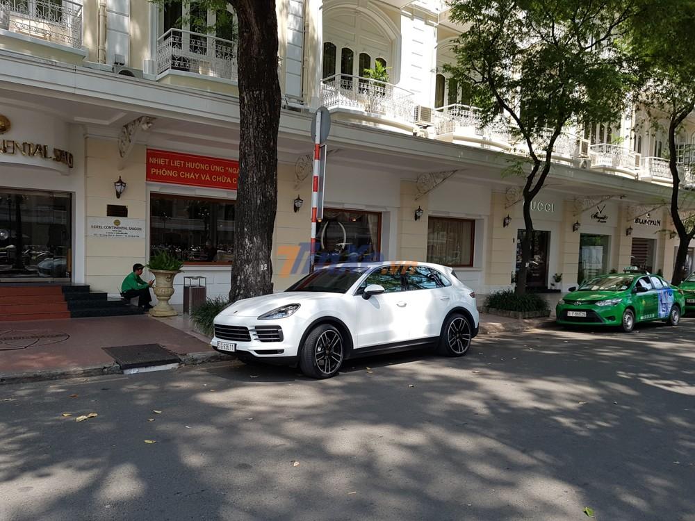 Khoảng 10h43 phút, Cường Đô-la lái Porsche Cayenne S đến họp mặt cùng trưởng đoàn Car Passion