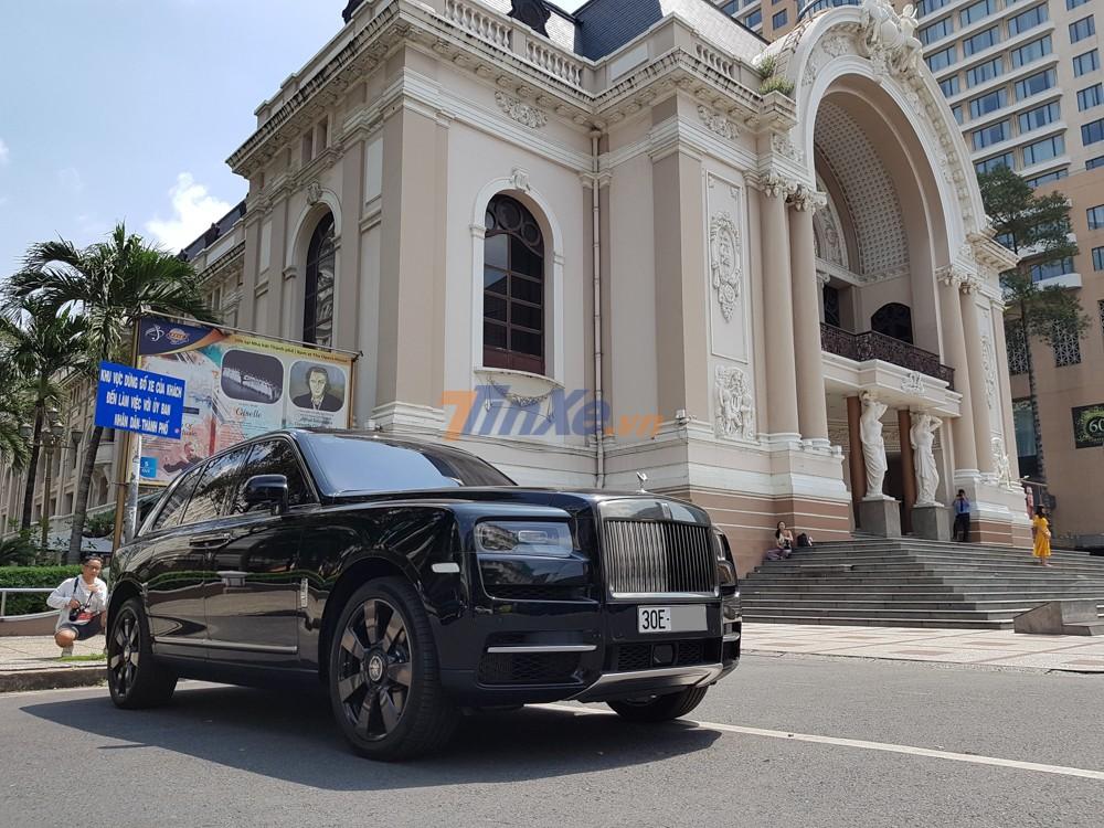 SUV siêu sang Rolls-Royce Cullinan đỗ tại Nhà hát Thành phố Hồ Chí Minh