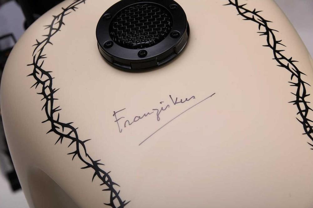 Chữ ký của Giáo hoàng Francis trên bình xăng xe