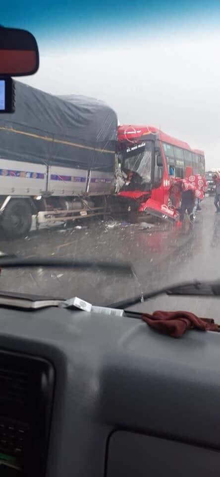 Hiện trường vụ tai nạn tại đường tránh TP Vinh - Nghệ An sáng ngày 15/10 (Ảnh: Facebook)