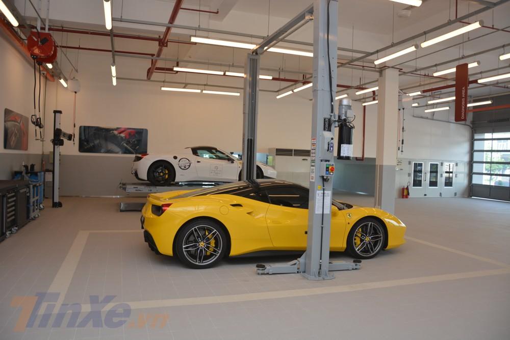 Trong buổi khai trương đại lý Ferrari đã qua sử dụng ở Việt Nam, khu vực xưởng dịch vụ có cặp đôi siêu xe Ferrari 488 GTB màu vàng và Ferrari 458 Spider màu trắng làm công tác demo