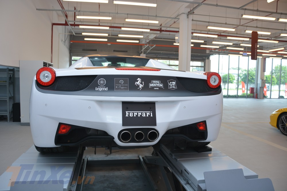 siêu xe mui trần Ferrari 458 Spider có sự khác biệt dễ nhận ra nhất chính là xe sử dụng loại mui xếp cứng có thể đóng hoặc mở mui chỉ trong thời gian từ 14 đến 16 giây
