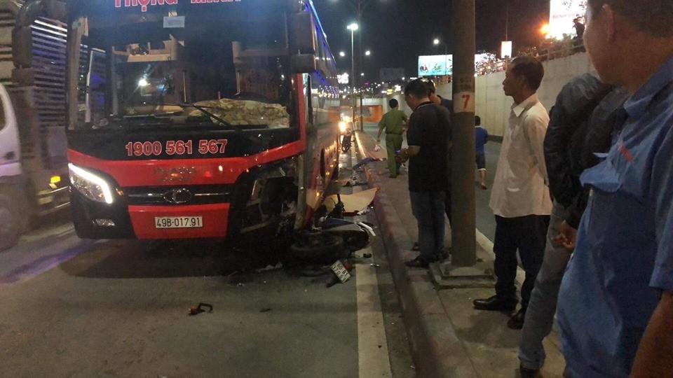 Xe máy chở 2 nạn nhân nằm dưới gầm ô tô khách