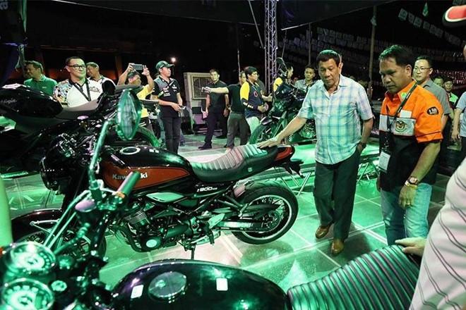 Ông Rodrigo Duterte bên cạnh chiếc Kawasaki Z900RS