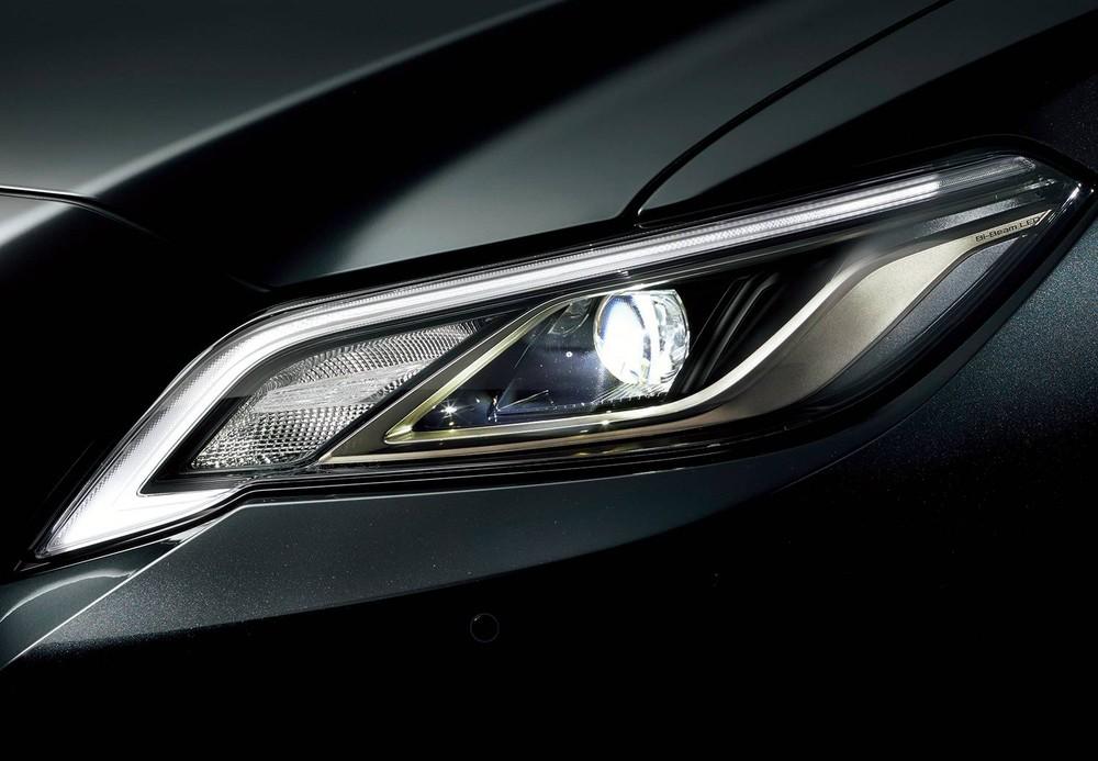 Vỏ đèn pha màu khói của Toyota Crown Sport Style