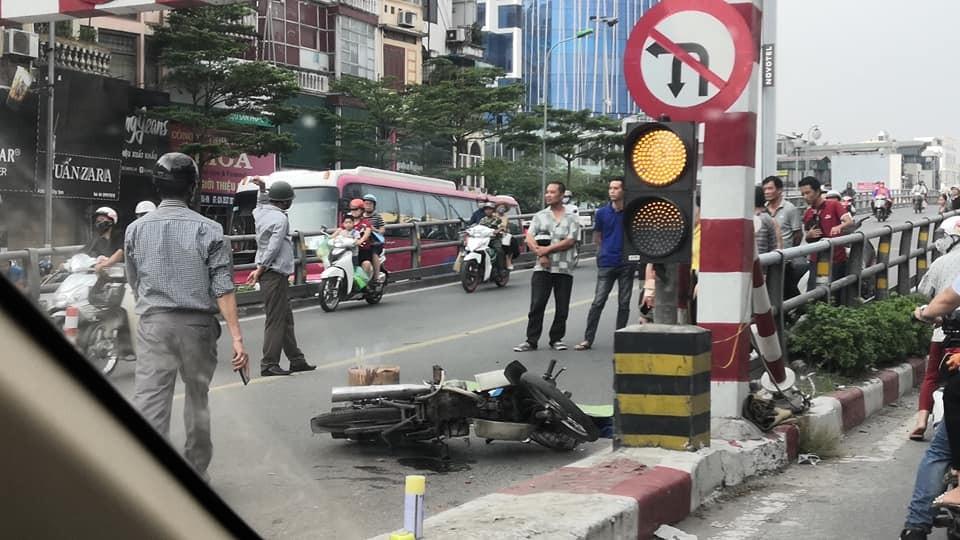 Chiếc xe máy của nạn nhân nằm đổ tại hiện trường