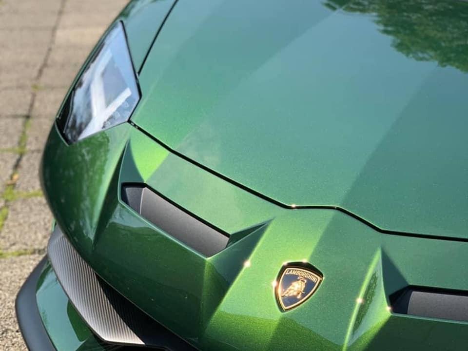 Cận cảnh màu sơn xanh lá ánh kim có tên gọi Verde Ermes trên Lamborghini Aventador SVJ