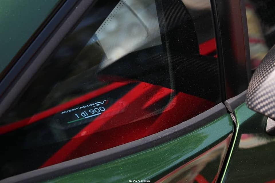 Logo 1di900 trên cửa kính của siêu xe Lamborghini Aventador SVJ