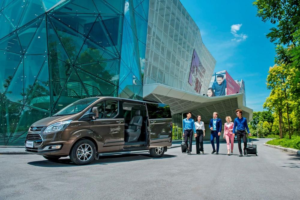 Ford Tourneo hiện đang là mẫu xe có giá bán rẻ nhất trong phân khúc, tạo áp lực lên Kia Sedona và Peugeot Traveller