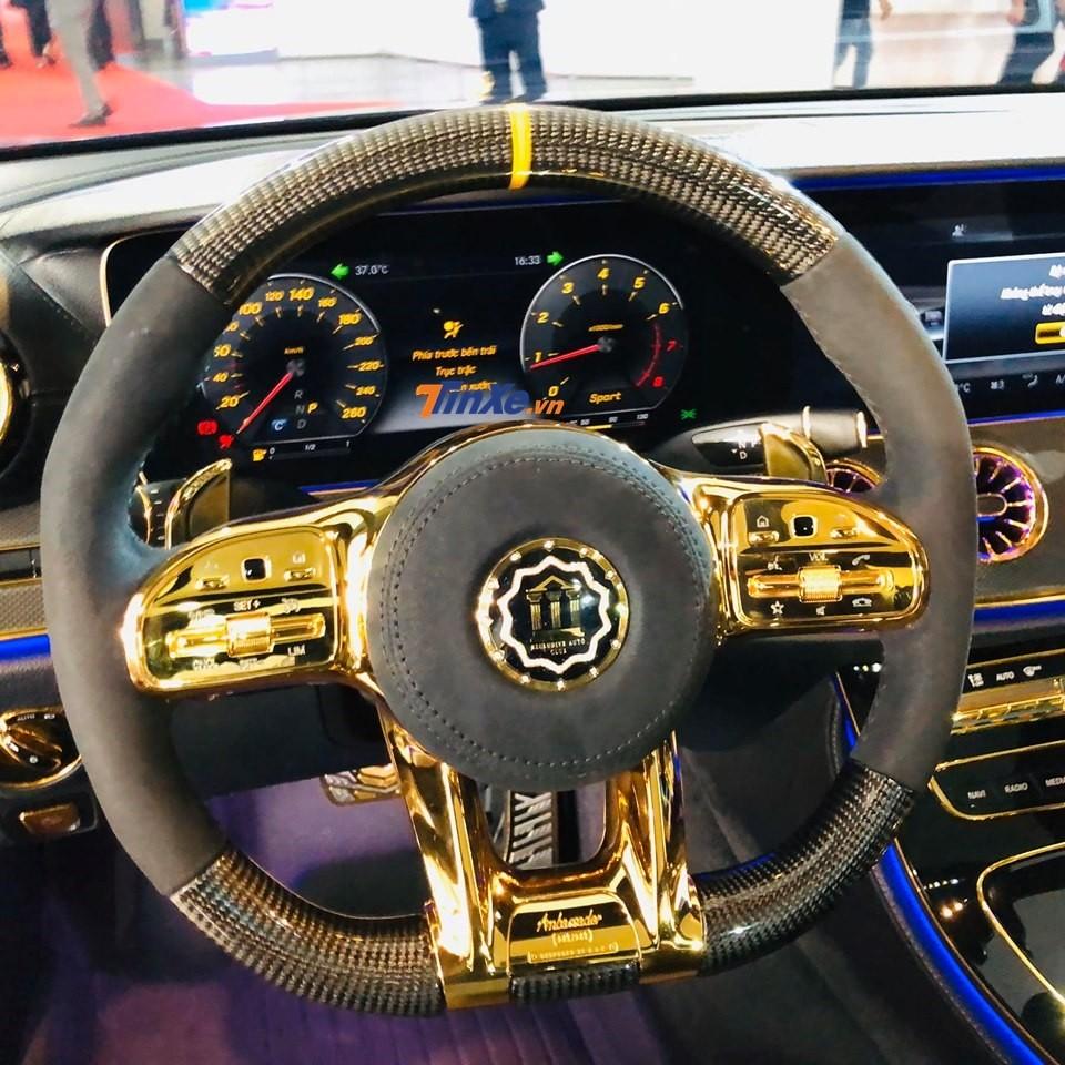 Cận cảnh vô-lăng của Mercedes-Benz E300 AMG được độ lại bằng carbon và thêm mạ vàng